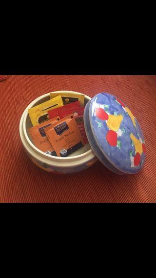 Caja cerámica pintada a mano + regalo 8 tés inglés