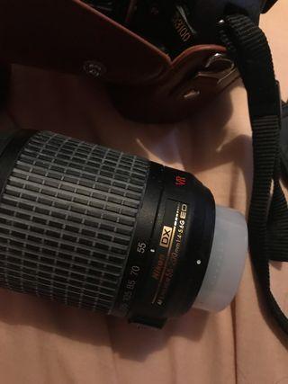 Cámara de fotos nikon con funda más dos objetivos