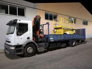 camión porta máquinas con grúa palfinger