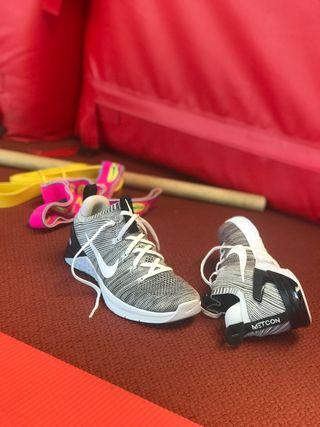 Nike METCON Flyknit T.40 8.5us Gris-blanco