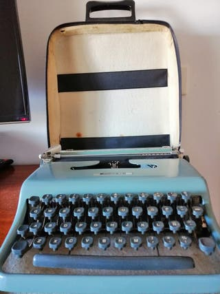 Máquina de escribir muy antigua Olivetti