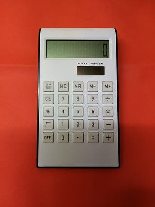 Calculadora sobremesa solar blanca