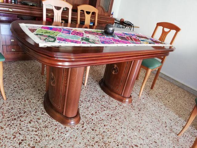 vitrina y mesa de comedor