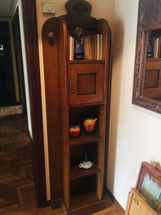 Mueble recibidor de pino teñido.