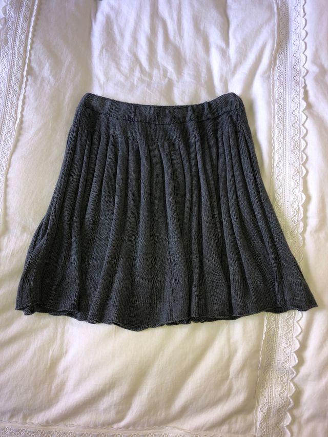 a75028af2 Mini falda de punto gris de segunda mano por 7 € en Madrid en WALLAPOP
