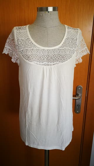 Camiseta con detalle en escote