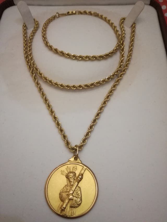 servicio duradero marca famosa variedades anchas Cordón salomónico de oro y medalla Cristo de segunda mano ...