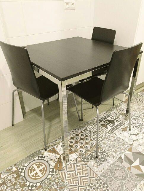Mesa cocina modelo Torsby Ikea + 3 sillas de segunda mano por 30 ...