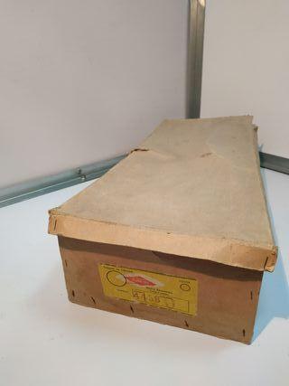 Caja de muñeca muy antigua de las primeras Famosa