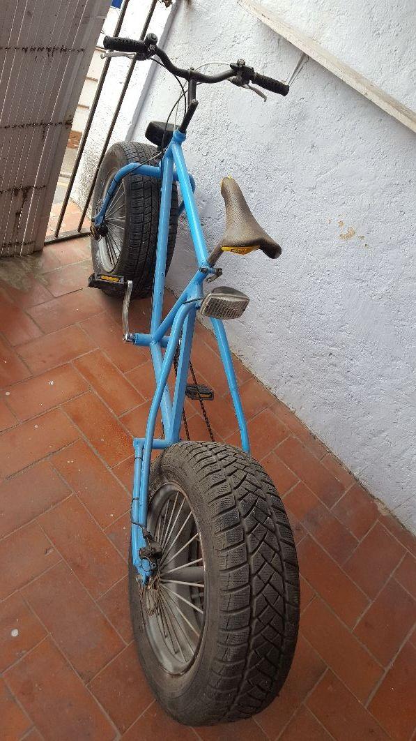 Bici ruedas de coche.