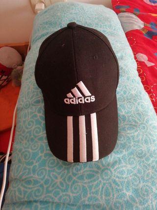 Gorra de adidas negra