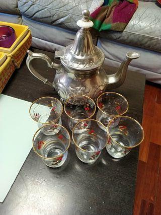 Tetera árabe y vasos de té