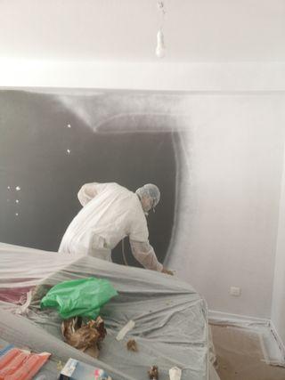 pintor profesional con maquina airless