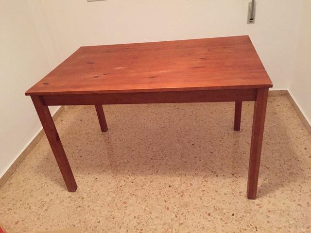 Mesa y sillas de madera