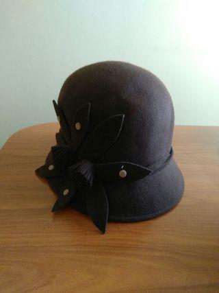 Sombrero marrón con detalle al lado.