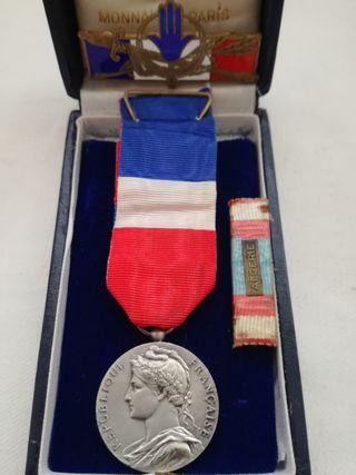 Antigua Medalla e Insignias francesas.