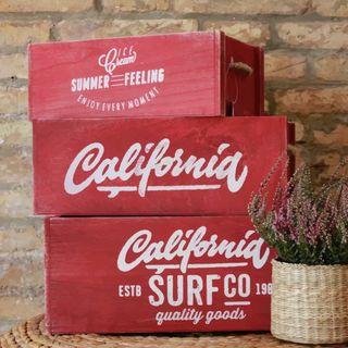 Conjunto de cajas de madera rojo