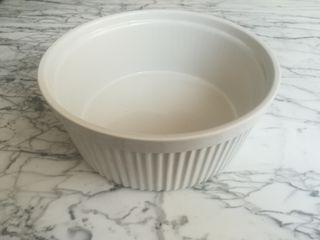 Fuente redonda de porcelana de 22 x 10 cm.