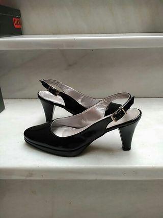 Zapatos de tacón negros. Un solo uso.