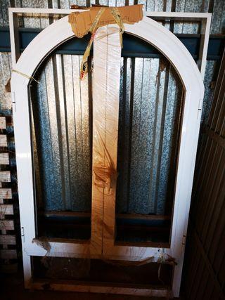 ventana de aluminio abatible con arco