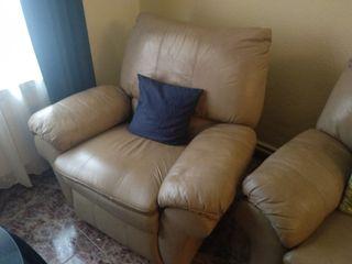 Un sofá de 3 plazas, y dos sillones.