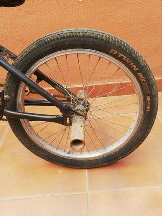 BMX Negra con dos pegs.