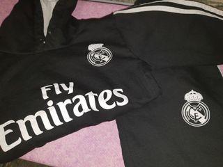 Chandal con logo del Real Madrid