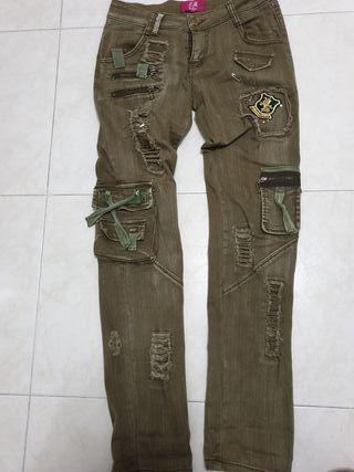 Pantalon bolsillos y tachuelas