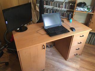 Mesa de escritorio y estanterías de modulos