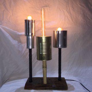 lámpara de reciclaje latas y base de madera