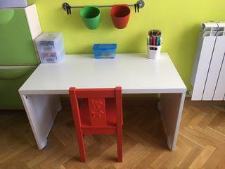 Banco STUVA Ikea + silla KRITTER roja.