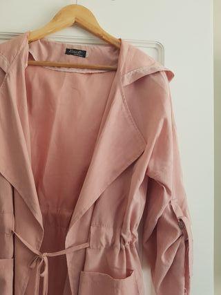 jaqueta ligera color rosa. Talla M- L.