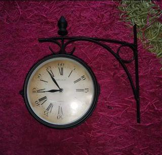 Reloj. reloj de pared. reloj de forja.