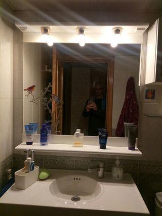 Espejo baño lacado, balda e iluminación.