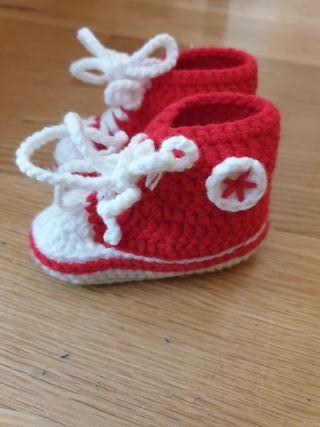d9cc8d26d Zapatos hechos a mano en ganchillo tipo Converse. talla recién nacido.  Patucos Bebé