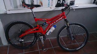 Bicicleta de montaña con doble suspensión