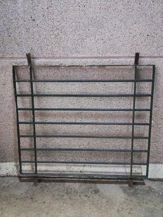 Reja de hierro para ventana con barrotes macizos