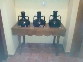 mueble antigüe con 3 jarrones