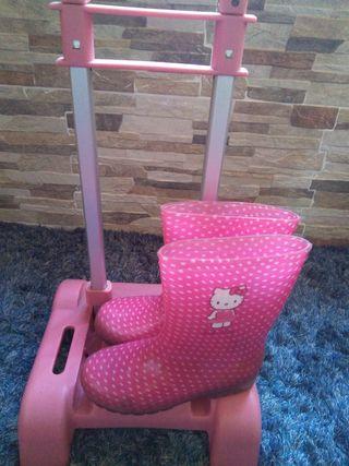 carro para mochila y botas de agua