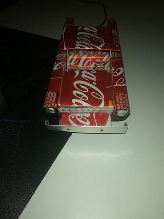 Coche hecho en cuba de latas de coca cola