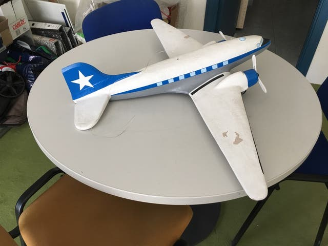 Avión grande en papel mache