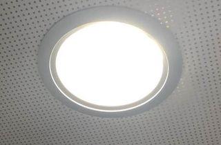Luminarias downlight con bombillas fluorescentes