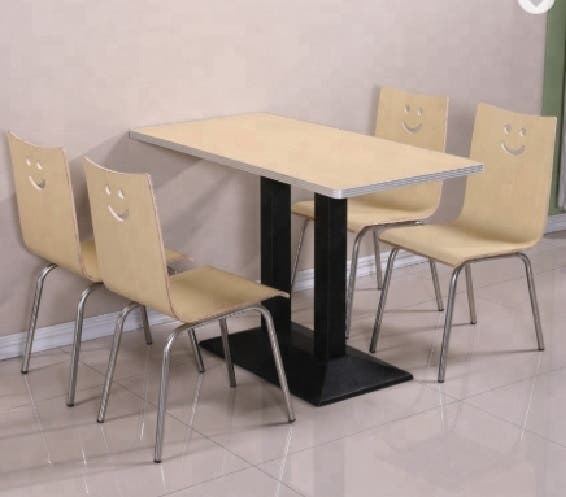 Mesa con sillas. Conjunto de mesa con 4 sillas