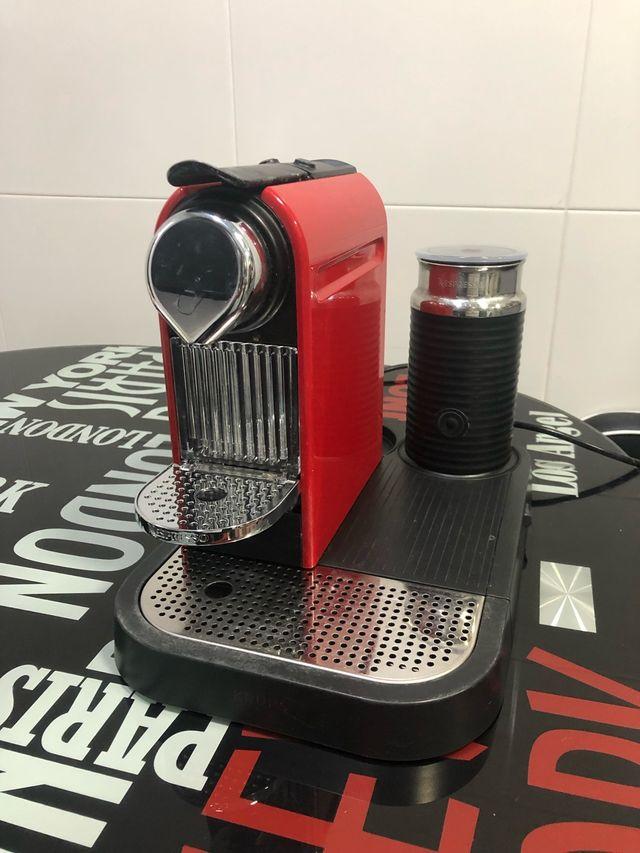 Cafetera Nespresso con calentador leche