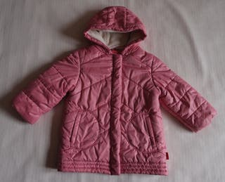 En buen estado. Abrigo color rosa. Forro interior