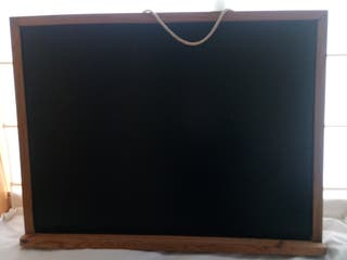 Pizarra negra mural con marco de madera