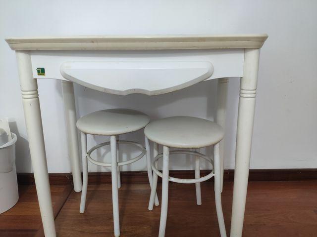 Mesa cocina y taburetes de segunda mano por 10 € en Valencia en WALLAPOP