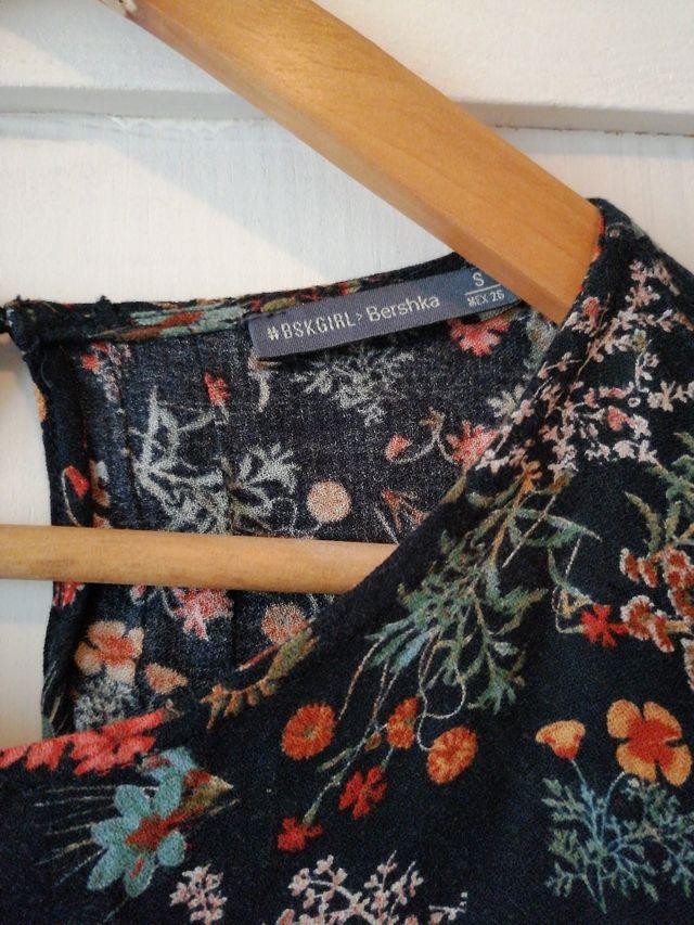 768750efc Camiseta blusa flores Bershka talla S manga 3/4 de segunda mano por ...