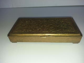 Joyero o cajita antigua de bronce repujado