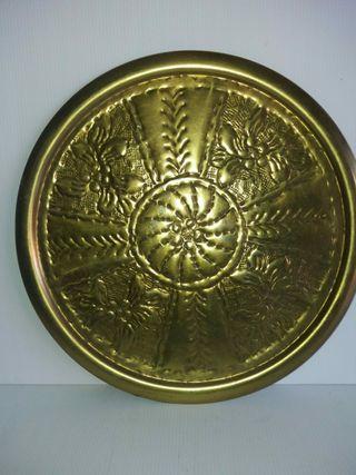 Plato antiguo de bronce repujado